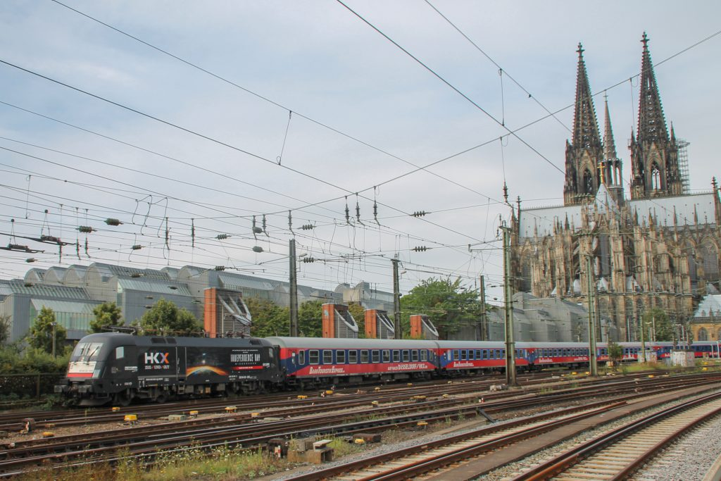 Ein Taurus verlässt mit dem HKX den Hauptbahnhof Köln, aufgenommen am 11.08.2016.