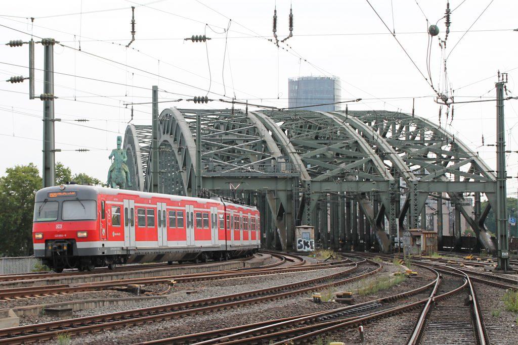 420 464 verlässt die Hohenzollernbrücke und erreicht den Hauptbahnhof Köln, aufgenommen am 11.08.2016.
