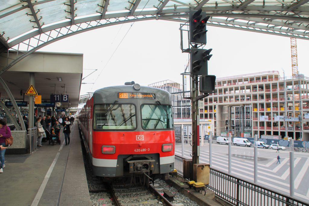 420 486 steht im Hauptbahnhof Köln, aufgenommen am 11.08.2016.