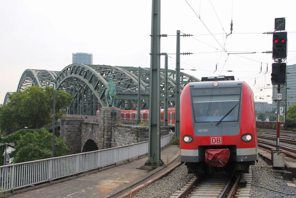 423 293 erreicht den Kölner Hauptbahnhof, aufgenommen am 11.08.2016.