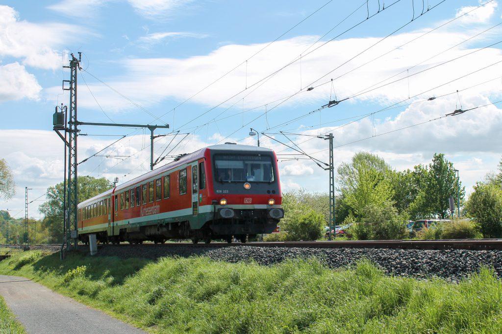 628 233 bei Eschhofen auf der Lahntalbahn, aufgenommen am 06.05.2015.