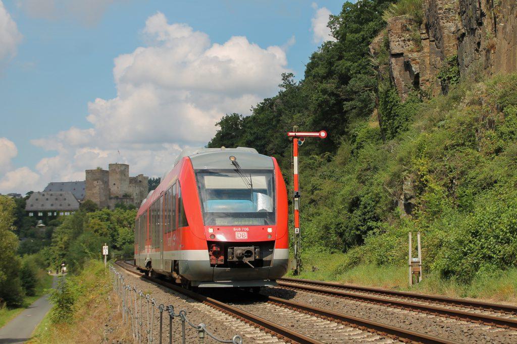 648 206 am Blocksignal von Runkel auf der Lahntalbahn, aufgenommen am 06.08.2016.