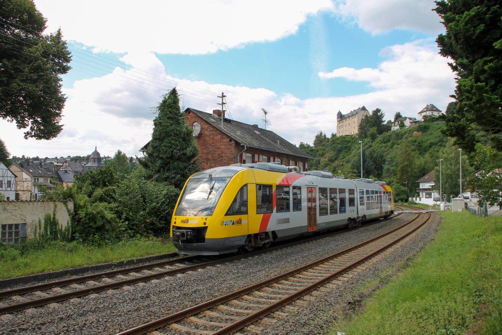 Ein LINT der HLB durchquert Runkel auf der Lahntalbahn, aufgenommen am 06.08.2016