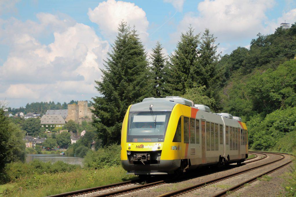 Ein LINT der HLB verlässt Runkel auf der Lahntalbahn, aufgenommen am 06.08.2016.