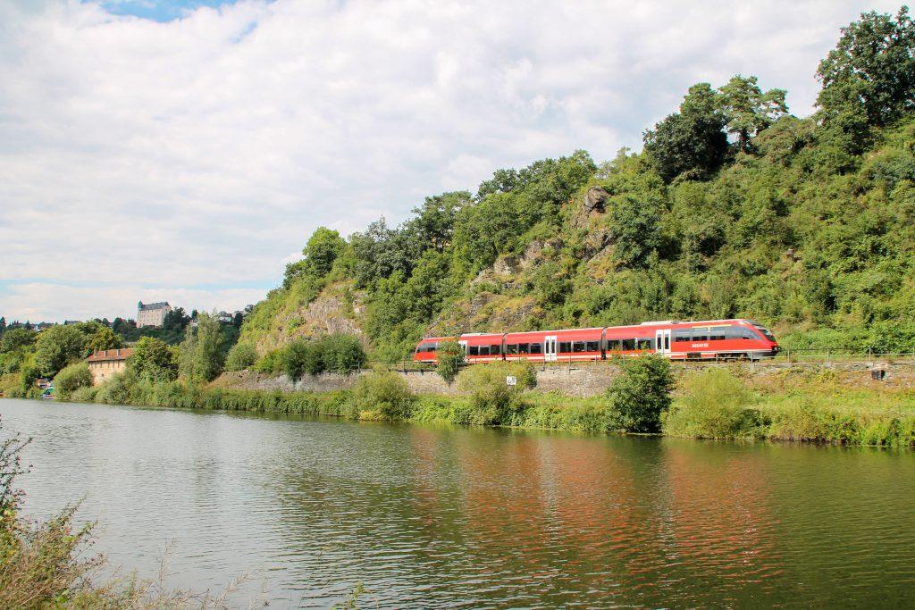 Ein TALENT verlässt Runkel auf der Lahntalbahn, aufgenommen am 06.08.2016
