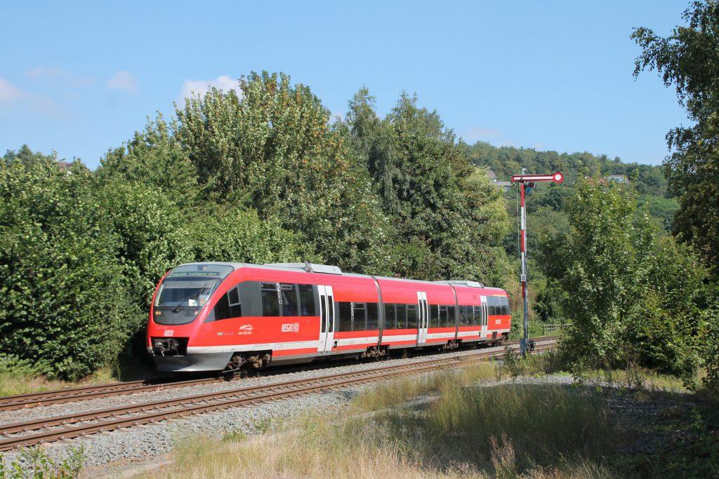 643 046 im Bahnhof Stockhausen auf der Lahntalbahn, aufgenommen am 07.08.2016.