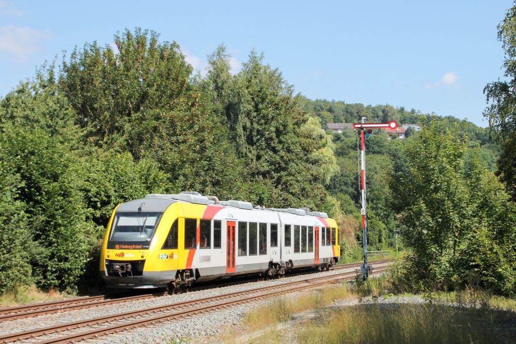 Ein LINT der HLB im Bahnhof Stockhausen auf der Lahntalbahn, aufgenommen am 07.08.2016.
