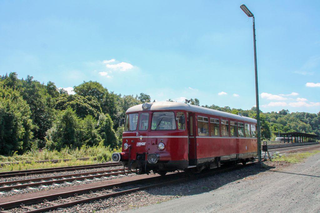 Ein MAN-Schienenbus wartet in Weilburg auf die Weiterfahrt über die Lahntalbahn, aufgenommen am 07.08.2016.