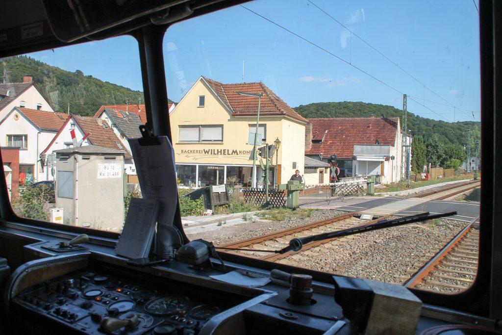 798 829 überquert den Bahnübergang in Lorsbach auf der Main-Lahn-Bahn, aufgenommen am 22.08.2015.