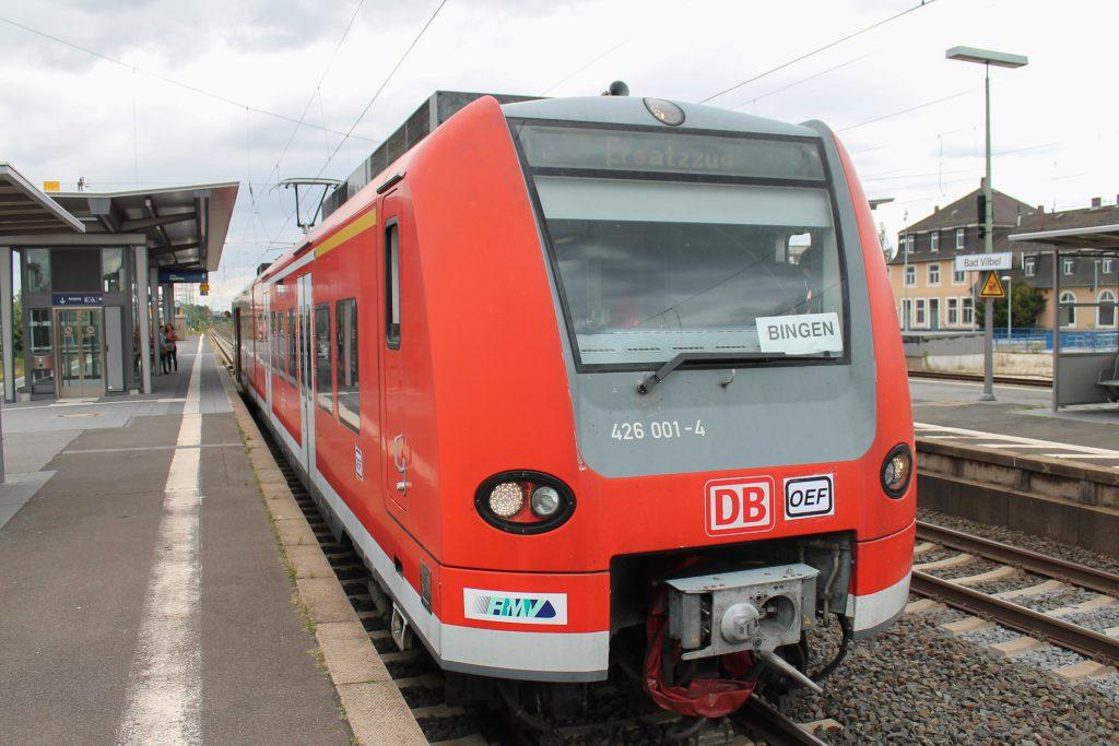426 001 hält als Ersatzzug für die Oberhessischen Eisenbahnfreunde im Bahnhof Bad Vilbel, aufgenommen am 30.08.2016.