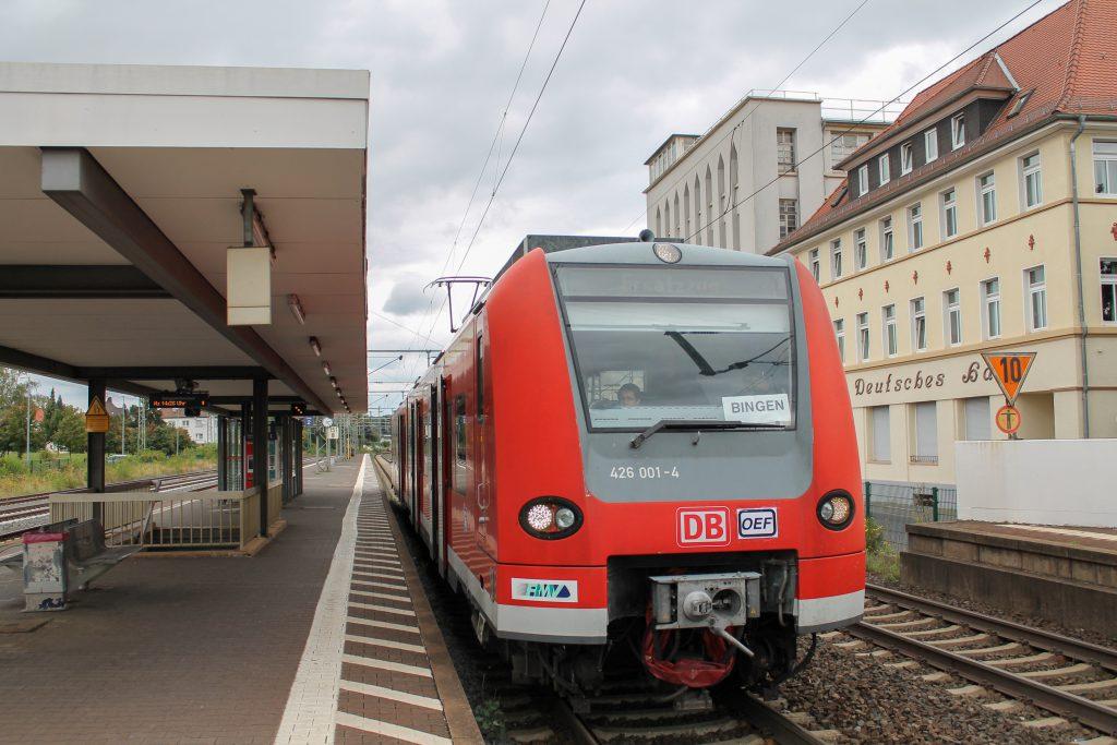 426 001 hält als Ersatzzug für die Oberhessischen Eisenbahnfreunde im Bahnhof Butzbach, aufgenommen am 30.08.2016.