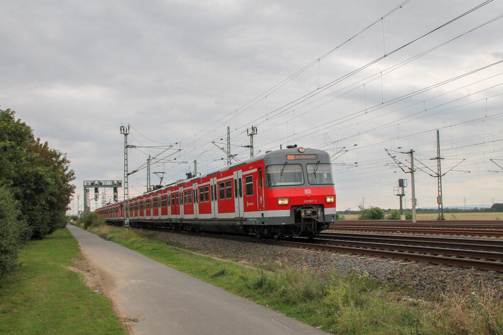 420 457 kurz vor Porz-Wahn auf der Siegstrecke, aufgenommen am 11.08.2016.