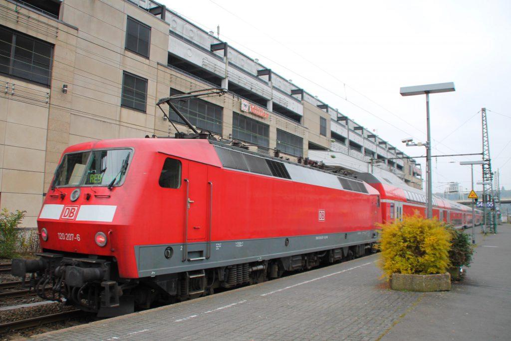 120 207 steht mit ihrem Regionalexpress nach Aachen im Hauptbahnhof Siegen bereit, aufgenommen am 25.10.2015.