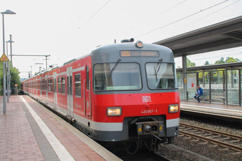 420 457 erreicht den Bahnhof Siegburg auf der Siegstrecke, aufgenommen am 11.08.206.