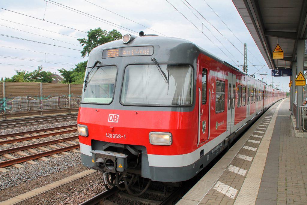 420 458 erreicht den Bahnhof Spich auf der Siegstrecke, aufgenommen am 11.08.2016.