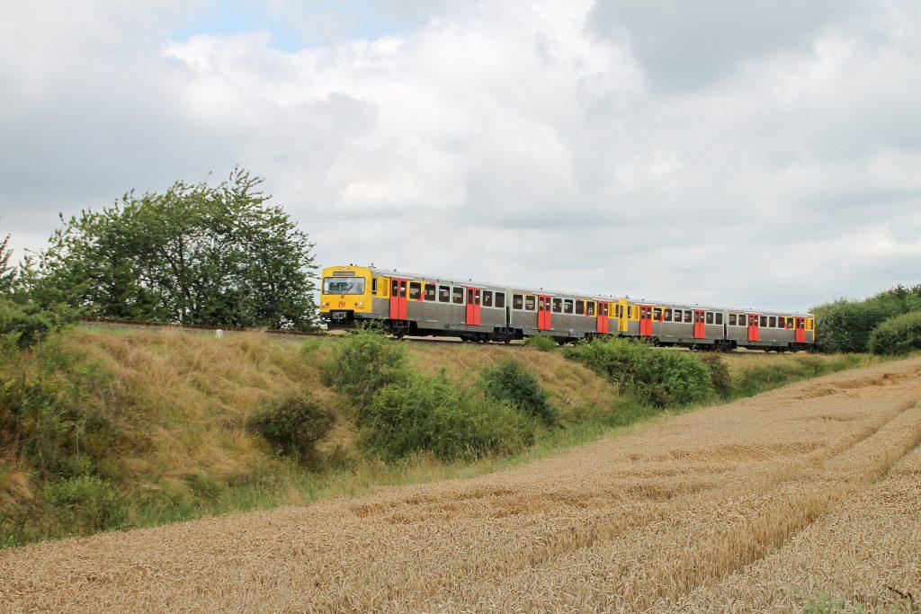 Zwei VT2E der HLB verlassen den Bahnhof Grävenwiesbach auf der Taunusbahn, aufgenommen am 05.08.2016.
