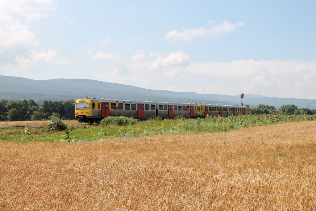 Ein VT2E der HLB vor dem großen Feldberg bei Wehrheim auf der Taunusbahn, aufgenommen am 27.07.2016.