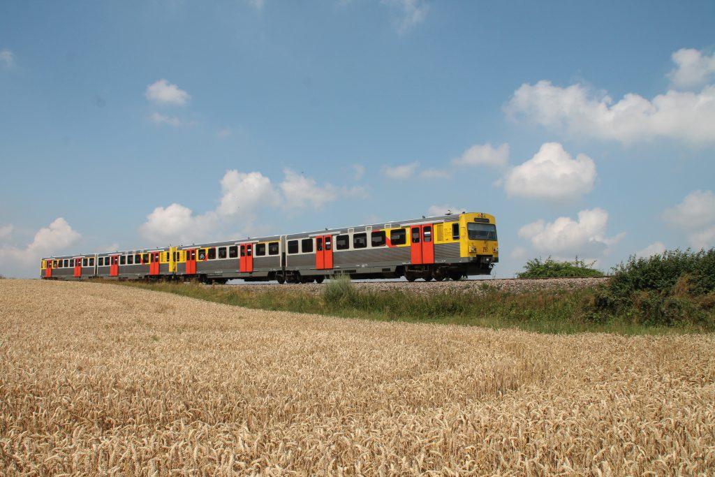 Ein VT2E der HLB an den Kornfeldern bei Wehrheim auf der Taunusbahn, aufgenommen am 27.07.2016.