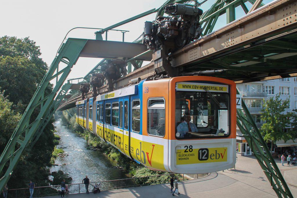 GTW 28 der Wuppertaler Schwebebahn kurz vor Wuppertal-Oberbarmen, aufgenommen am 13.08.2016.