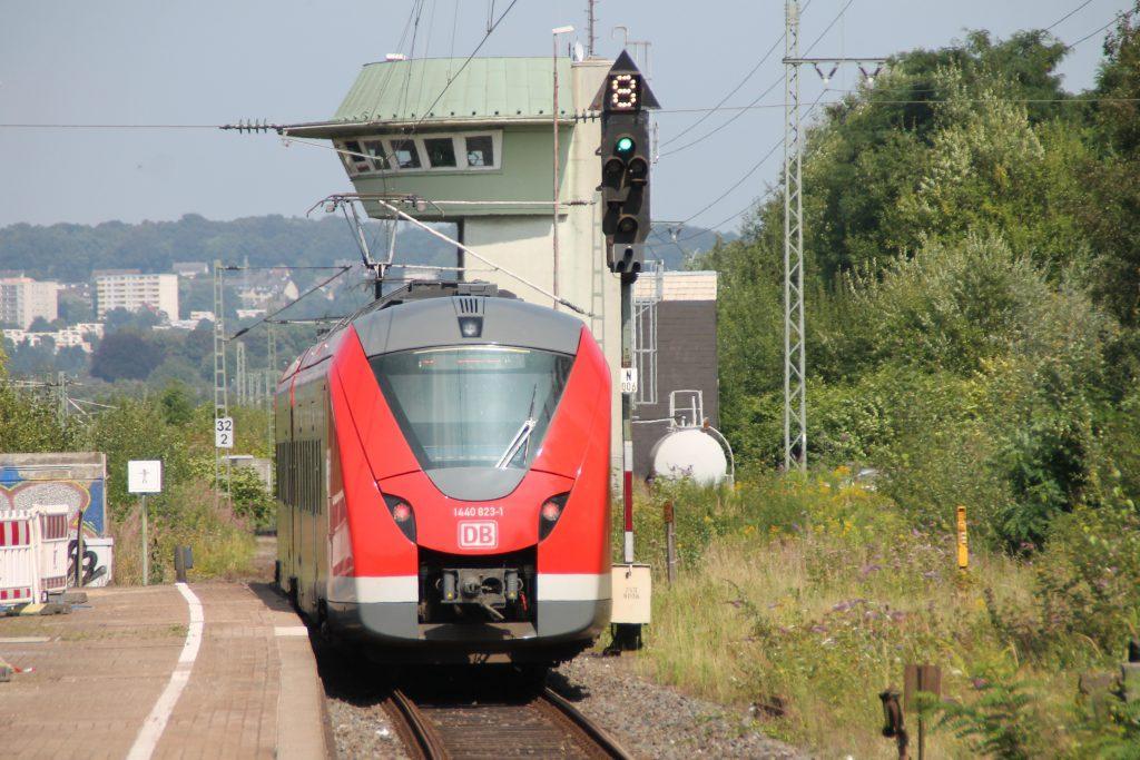 1440 323 verlässt Wuppertal-Vohwinkel, aufgenommen am 13.08.2016.