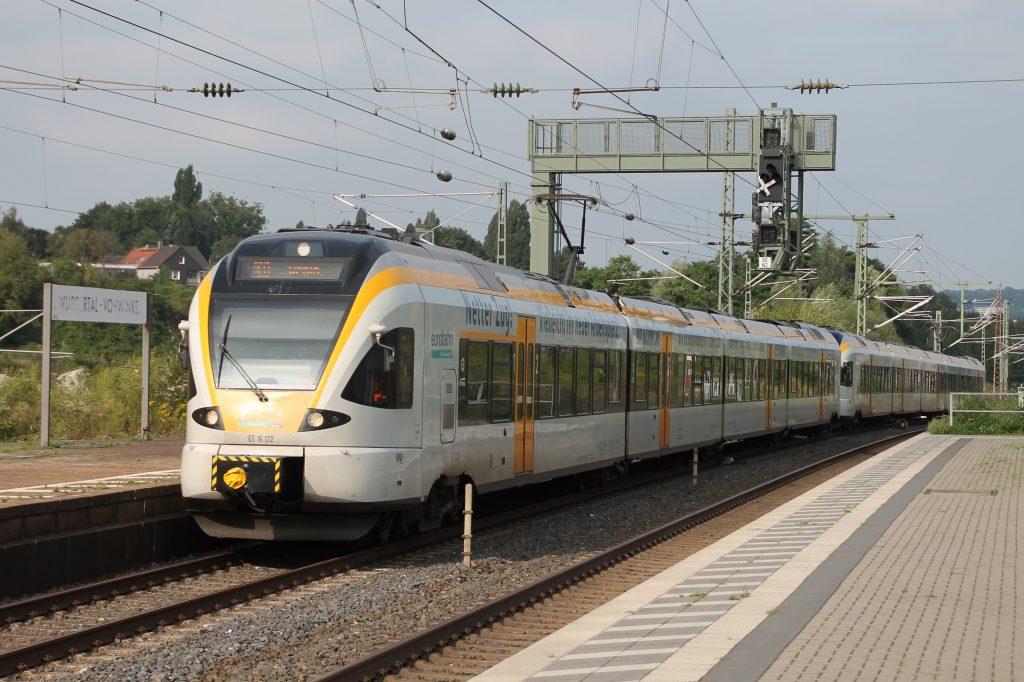 Zwei FLIRT der Eurobahn erreichen Wuppertal-Vohwinkel, aufgenommen am 13.08.2016.