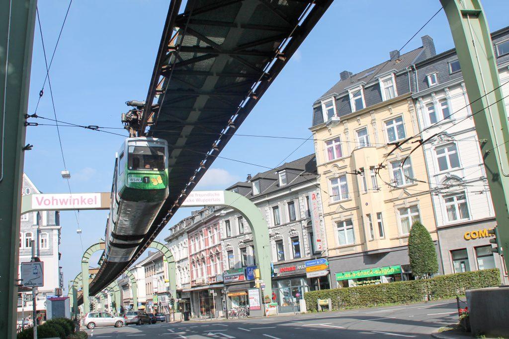 GTW 1 der Wuppertaler Schwebebahn kurz vor Wuppertal-Vohwinkel, aufgenommen am 13.08.2016.