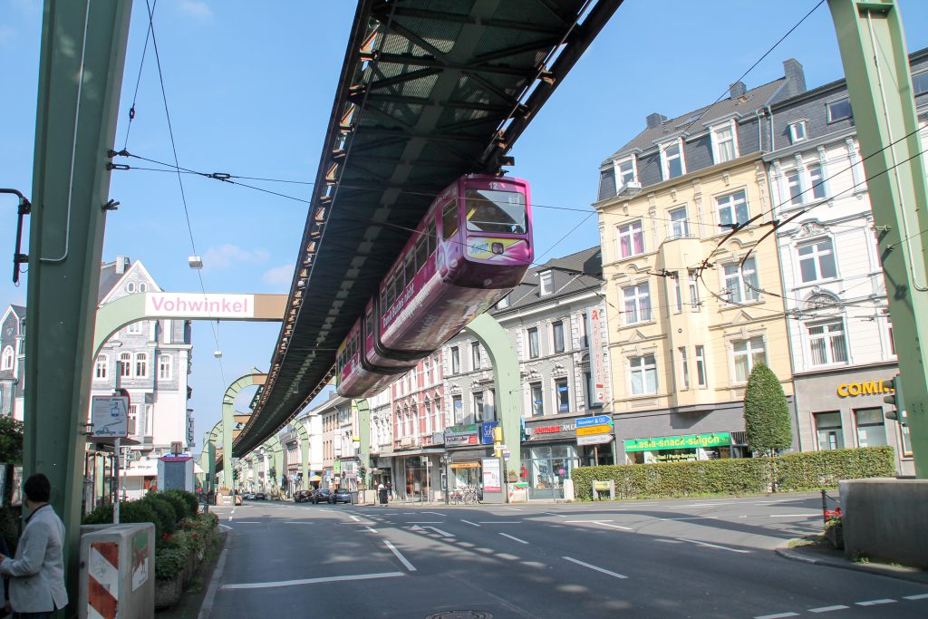 GTW 12 der Wuppertaler Schwebebahn verlässt Wuppertal-Vohwinkel, aufgenommen am 13.08.2016.