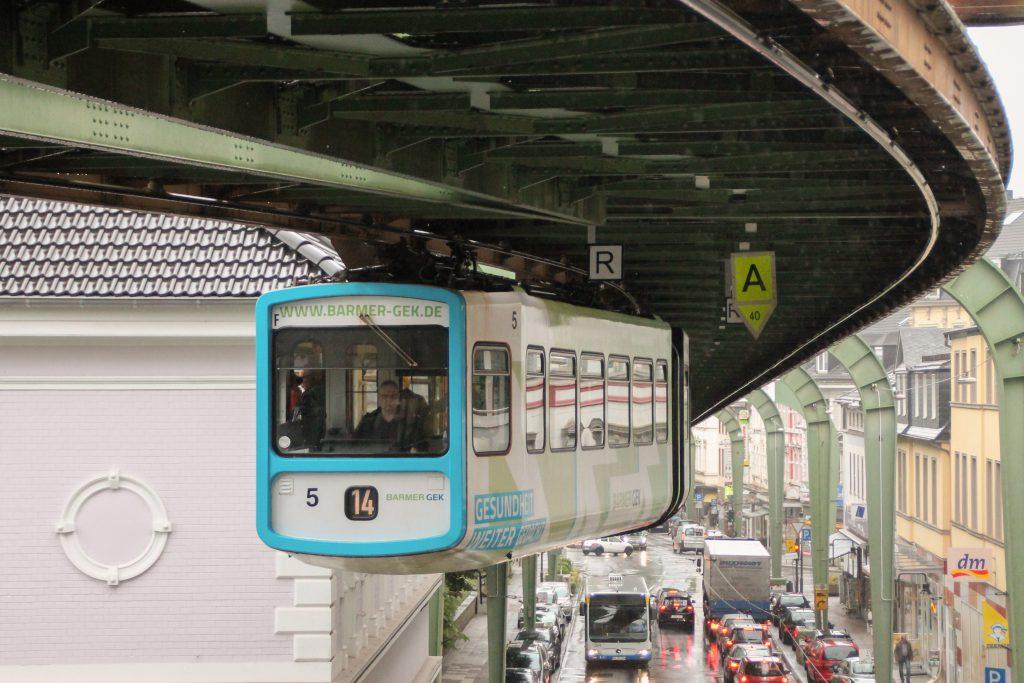 GTW 5 der Wuppertaler Schwebebahn kurz vor der Station Vohwinkel, aufgenommen am 11.08.2016.
