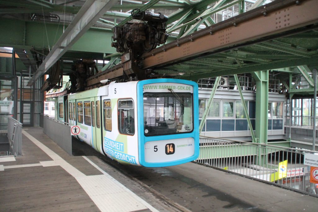 GTW 5 der Wuppertaler Schwebebahn in der Station Vohwinkel, aufgenommen am 11.08.2016.