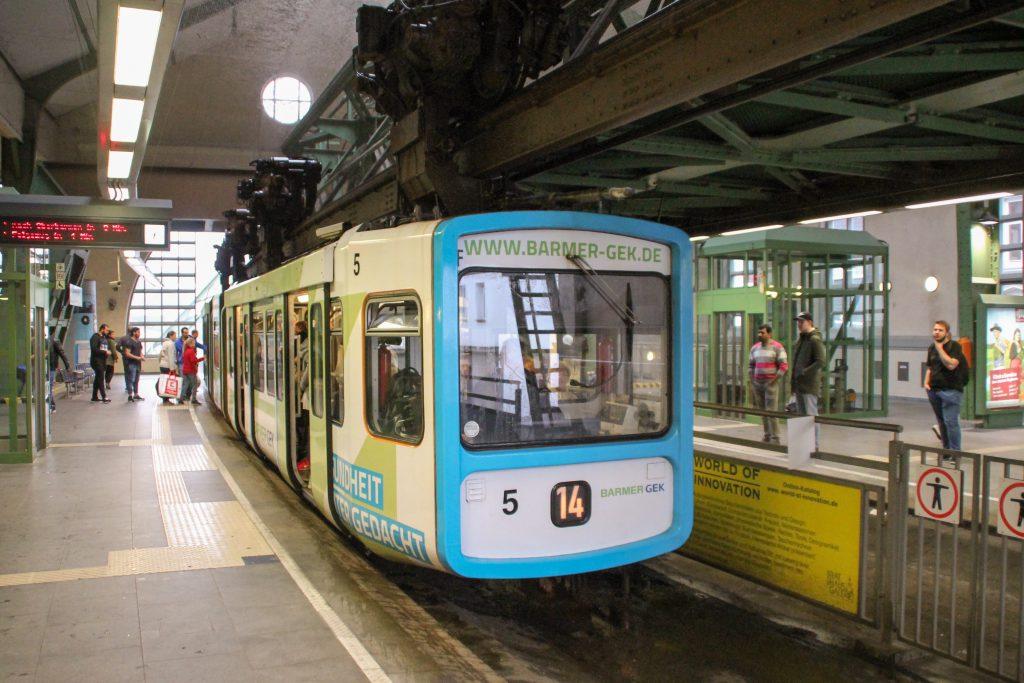 GTW 5 der Wuppertaler Schwebebahn in der Station Hauptbahnhof, aufgenommen am 11.08.2016.