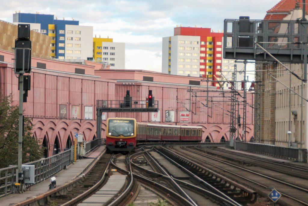 Eine S-Bahn der Baureihe 481 kurz vor dem Bahnhof Berlin-Alexanderplatz ein, aufgenommen am 04.10.2016.