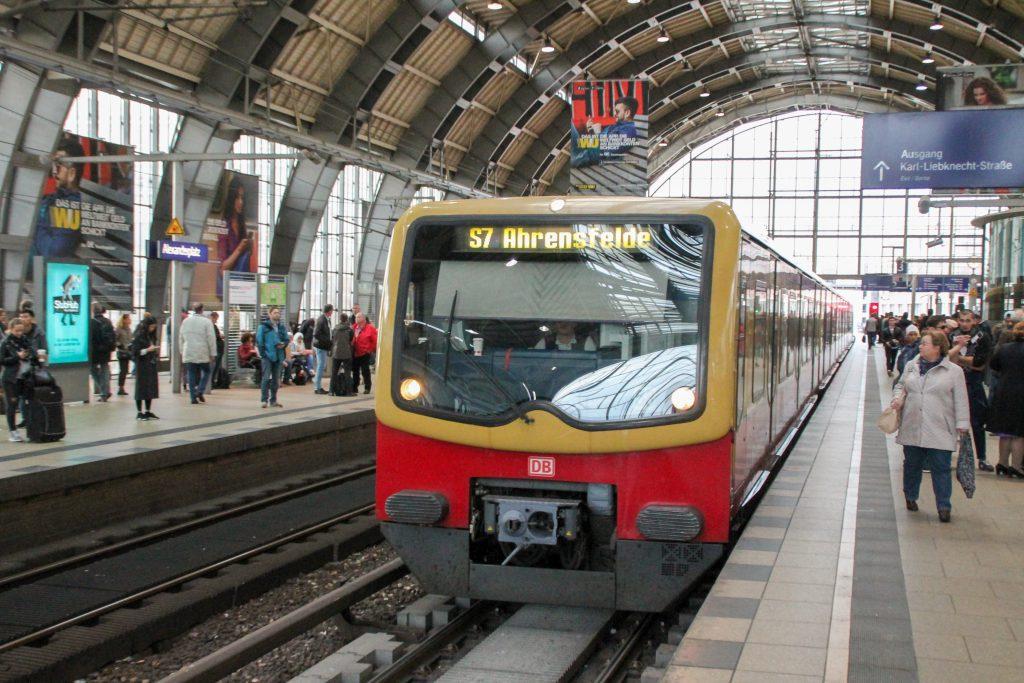 Eine S-Bahn der Baureihe 481 hält im Bahnhof Berlin-Alexanderplatz, aufgenommen am 04.10.2016.