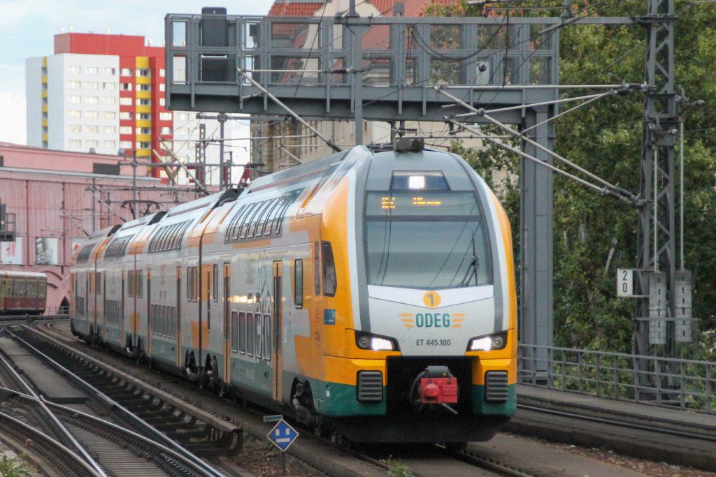 445 100 der ODEG fährt in den Bahnhof Berlin-Alexanderplatz ein, aufgenommen am 04.10.2016.