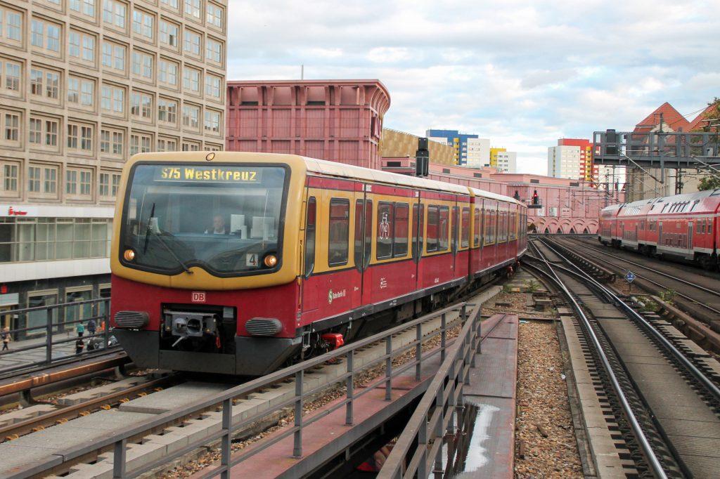 Eine S-Bahn der Baureihe 481 fährt in den Bahnhof Berlin-Alexanderplatz ein, aufgenommen am 04.10.2016.