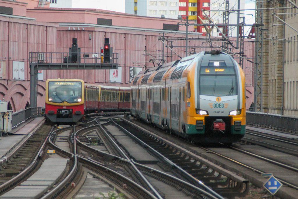 Eine S-Bahn der Baureihe 481 und 445 100 der ODEG fahren in den Bahnhof Berlin-Alexanderplatz ein, aufgenommen am 04.10.2016.