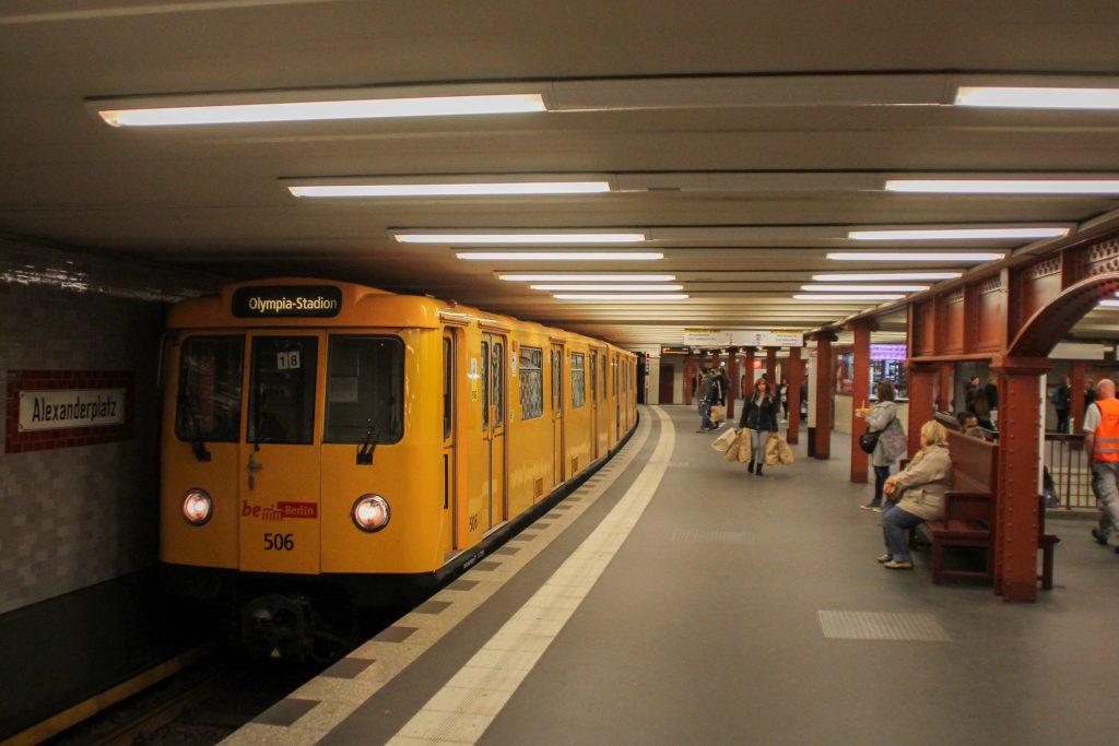 Eine U-Bahn der Baureihe A3 in der Station Berlin-Alexanderplatz, aufgenommen am 04.10.2016.