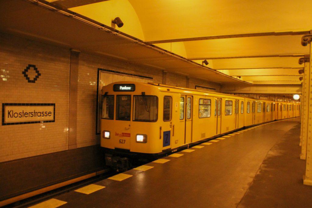 Eine U-Bahn der Baureihe A3 fährt in Berlin-Klosterstraße ein, aufgenommen am 06.10.2016.