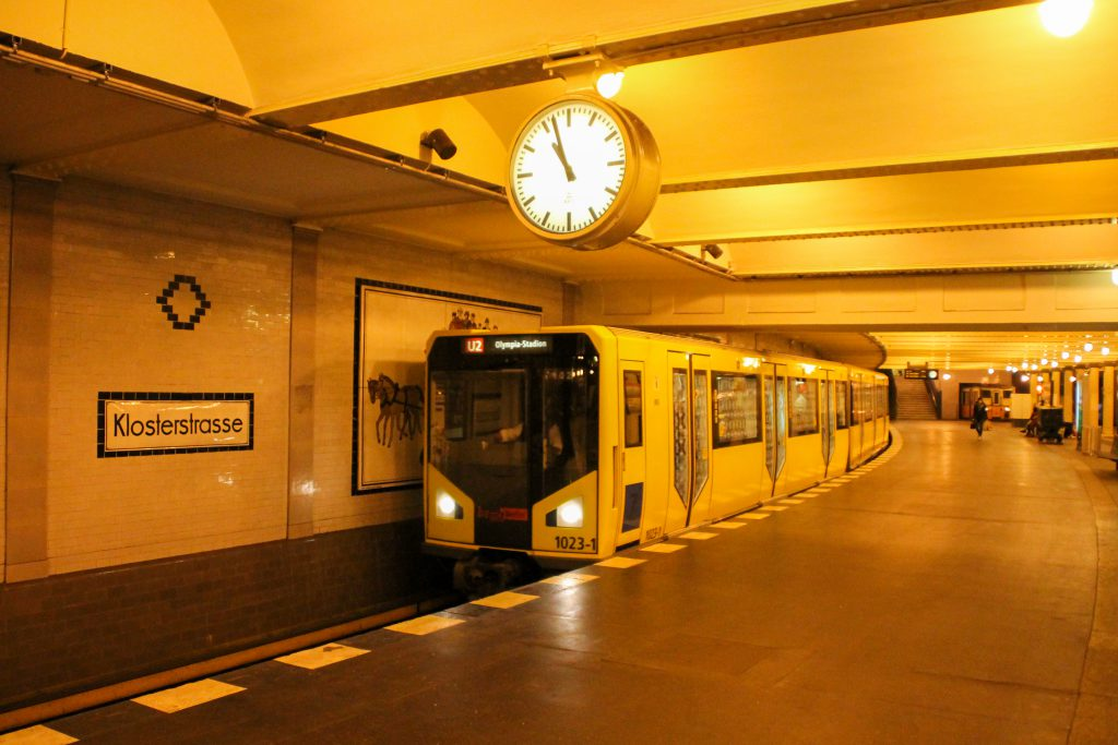 Eine U-Bahn der Baureihe HK fährt in Berlin-Klosterstraße ein, aufgenommen am 06.10.2016.