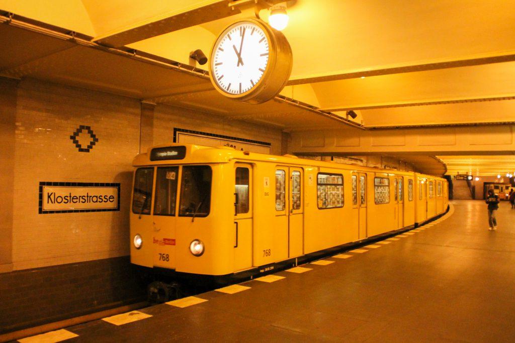 Eine U-Bahn der Baureihe A3 in Berlin-Klosterstraße, aufgenommen am 06.10.2016.