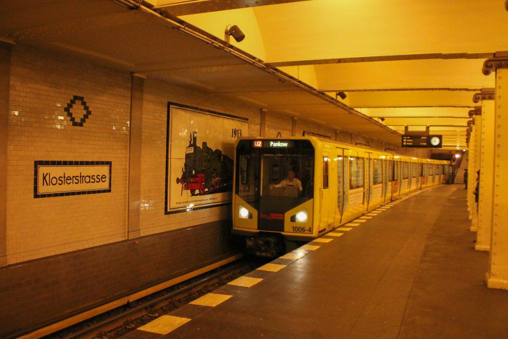Eine U-Bahn der Baureihe HK in Berlin-Klosterstraße, aufgenommen am 06.10.2016.