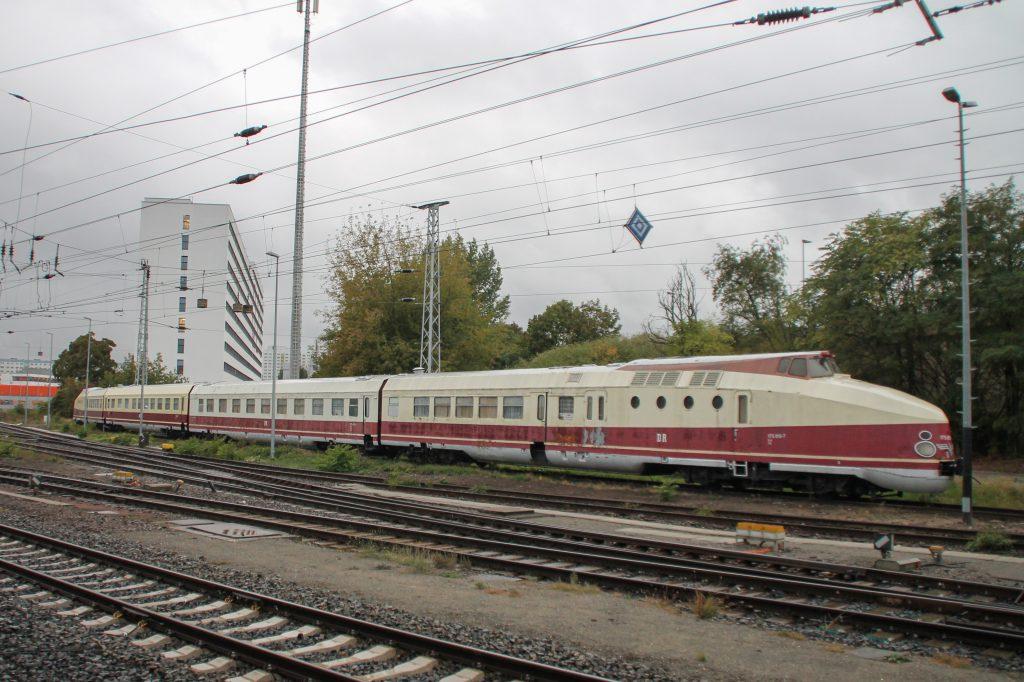 175 015 steht in Berlin-Lichtenberg, aufgenommen am 05.10.2016.