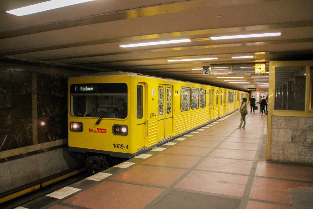 Eine U-Bahn der Baureihe G in der Station Berlin-Mohrenstrasse, aufgenommen am 04.10.2016.