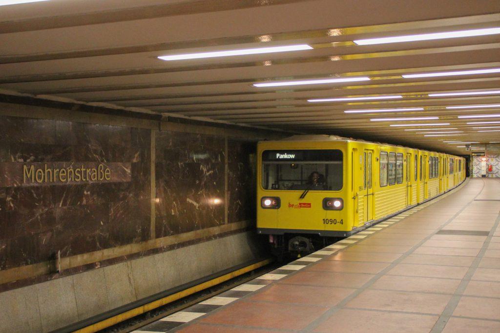 Eine U-Bahn der Baureihe G fährt in Berlin-Mohrenstraße ein, aufgenommen am 06.10.2016.