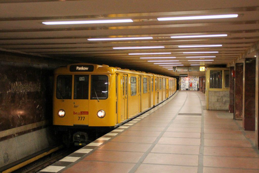 Eine U-Bahn der Baureihe A3 in der Station Berlin-Mohrenstraße, aufgenommen am 06.10.2016.