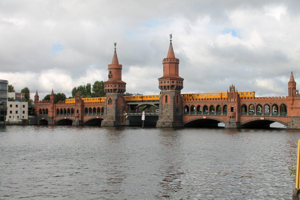 Eine U-Bahn der Baureihe A3 auf der Oberbaumbrücke in Berlin, aufgenommen am 05.10.2016.