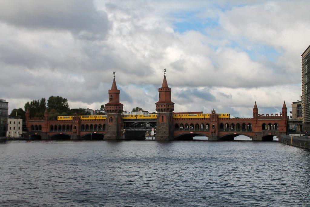 Eine U-Bahn der Baureihe G auf der Oberbaumbrücke in Berlin, aufgenommen am 05.10.2016.