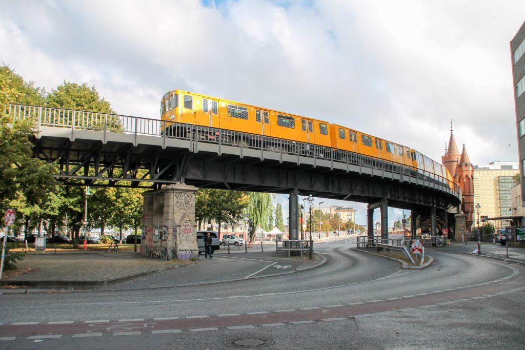 Eine U-Bahn der Baureihe A3 bei der Station Berlin-Schlesisches Tor, aufgenommen am 04.10.2016.