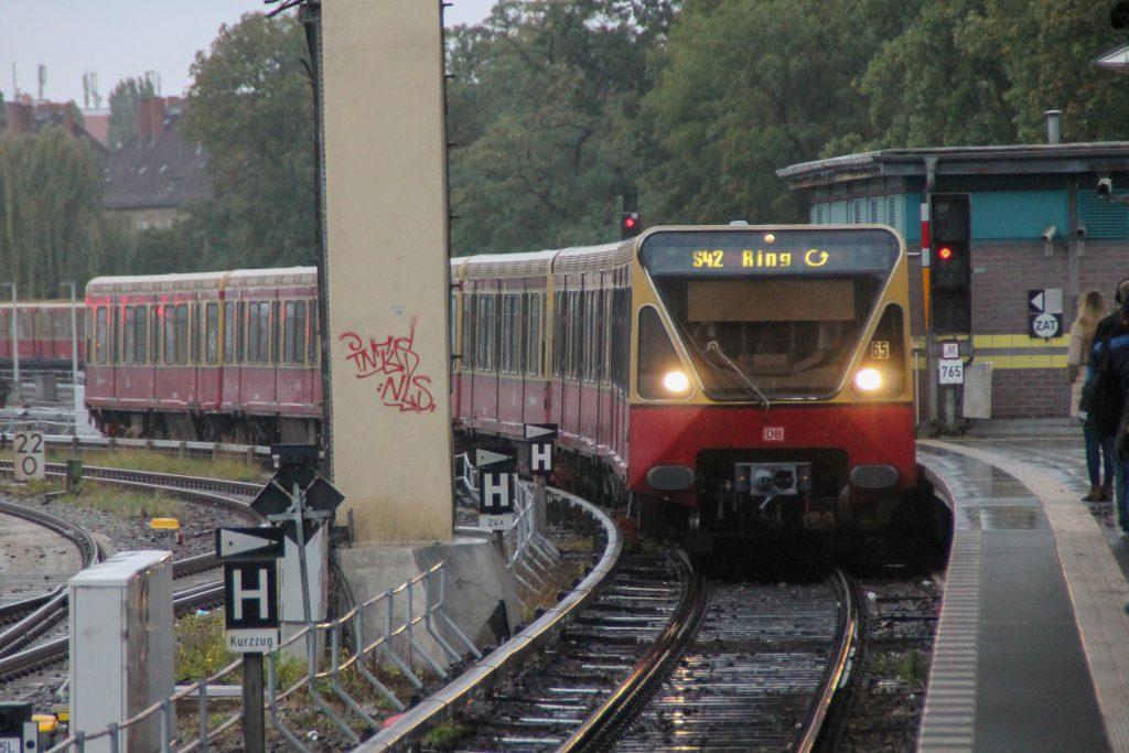Eine S-Bahn der Baureihe 480 fährt in Berlin-Tempelhof ein, aufgenommen am 05.10.2016.