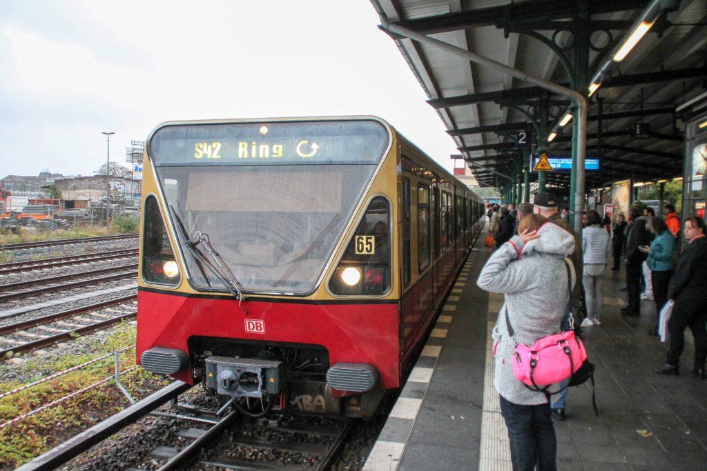 Eine S-Bahn der Baureihe 480 steht in Berlin-Tempelhof, aufgenommen am 05.10.2016.
