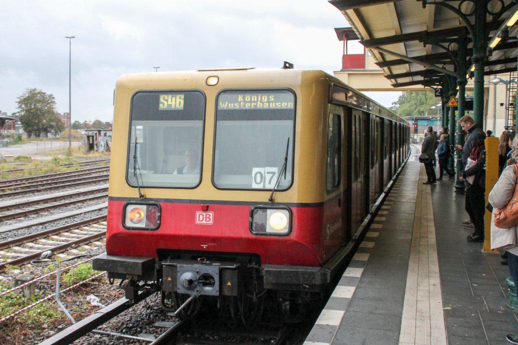 Eine S-Bahn der Baureihe 485 steht in Berlin-Tempelhof, aufgenommen am 05.10.2016.